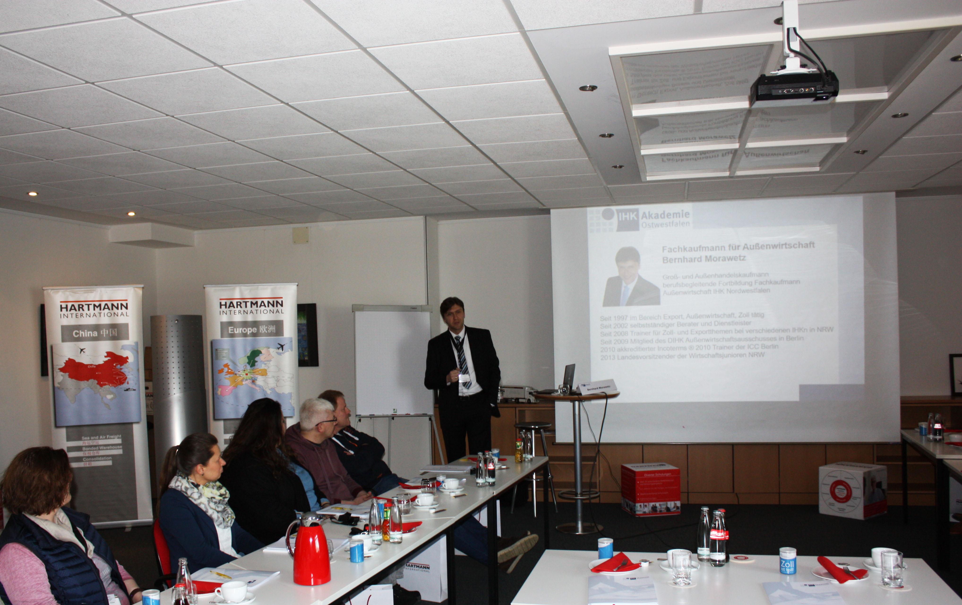 Bernhard Morawetz von der IHK Ostwestfalen referiert zum Thema Zoll