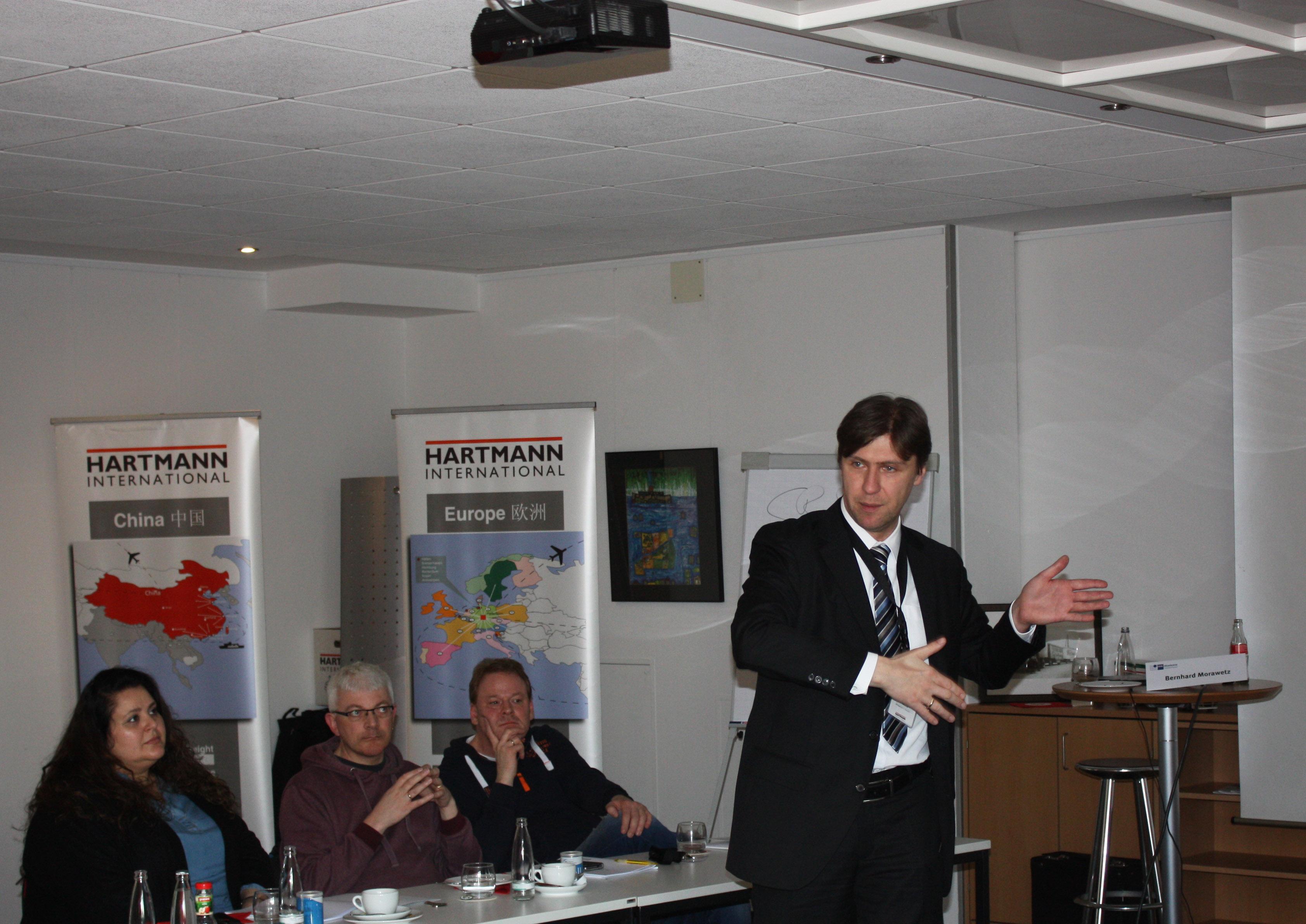Bernhard Morawetz (IHK Ostwestfalen) als Gastredner zum Thema Zoll
