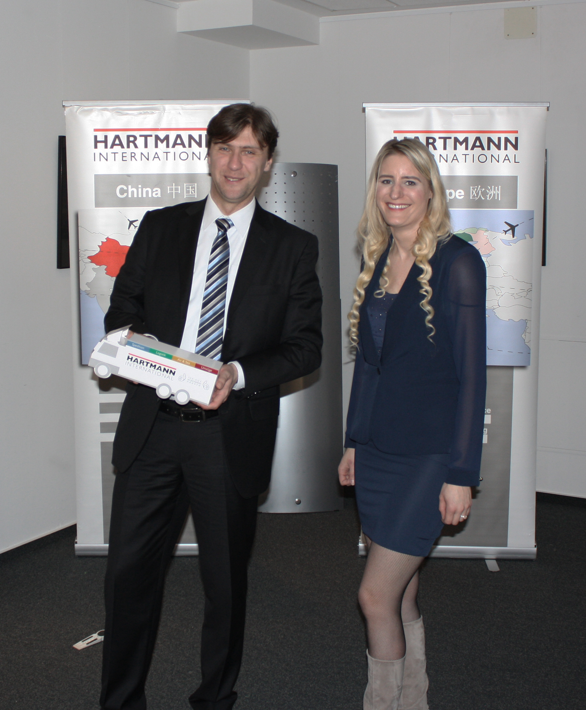 Bernhard Morawetz (IHK Ostwestfalen) und Kristina Garbe (Air & Sea bei Hartmann International)