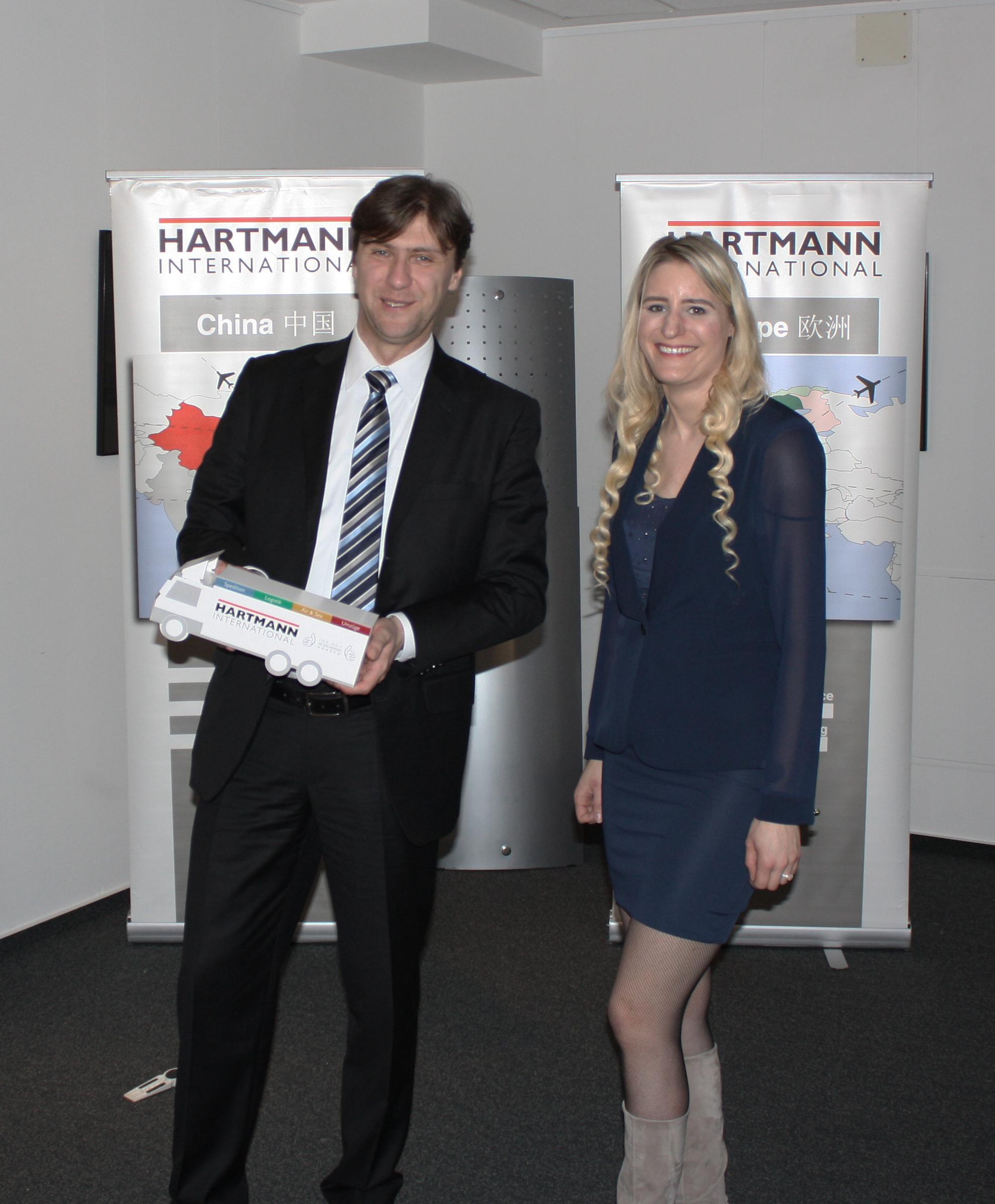 Bernhard Morawetz (IHK Ostwestfalen) und Kristina Garbe (Air & Sea bei Hartmann International)